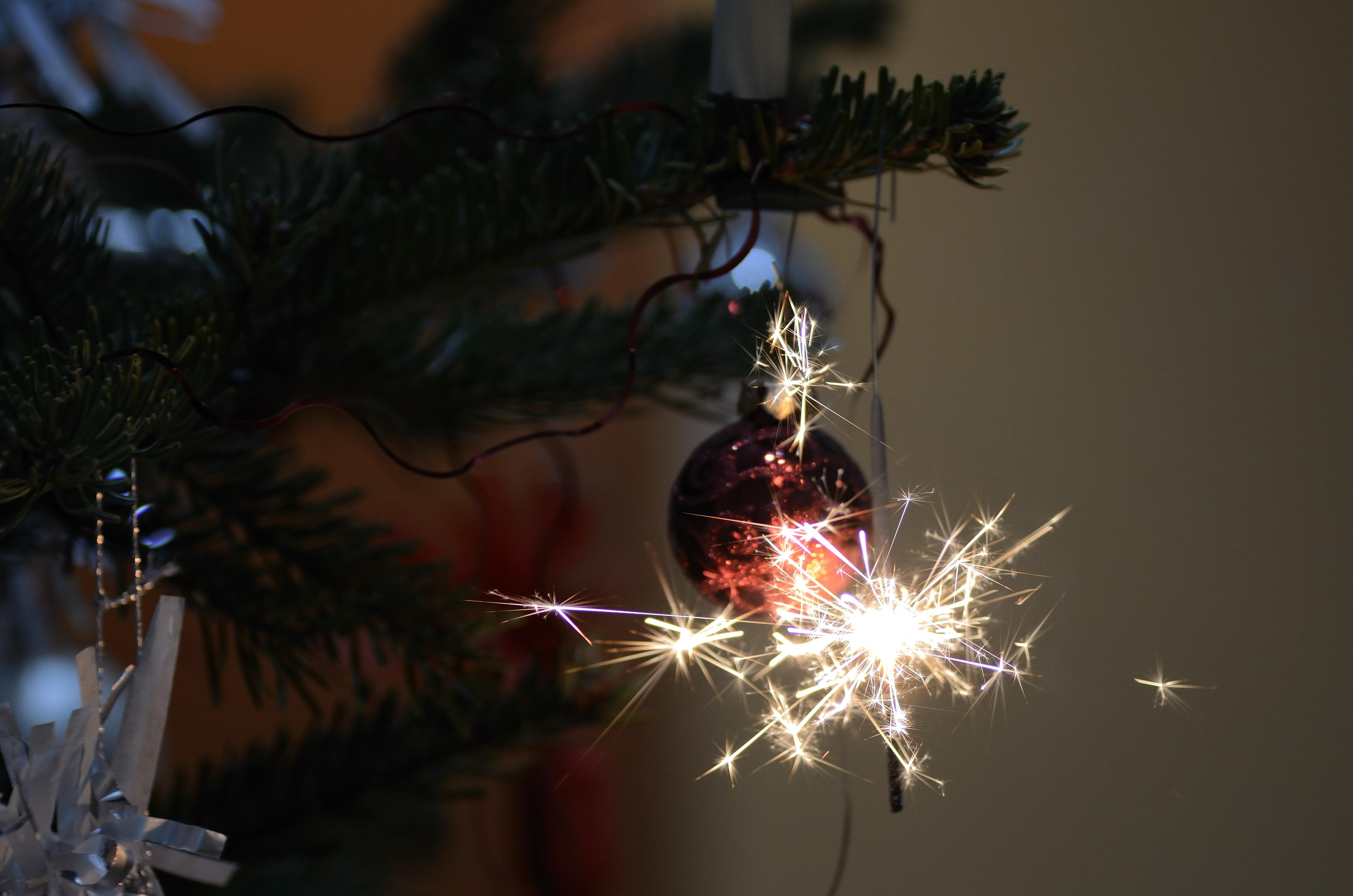 brennende wunderkerze am weihnachtsbaum
